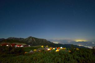 夜の蝶ヶ岳のテント場と蝶ヶ岳ヒュッテと常念岳の写真素材 [FYI01606080]