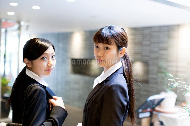 スーツを着てこれから仕事に向かうふたりの女性の写真素材 [FYI01606100]