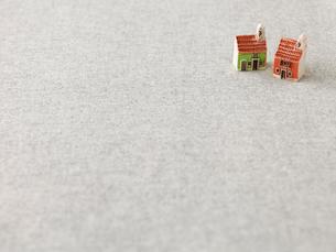 家のおもちゃとグレーの布の写真素材 [FYI01606121]