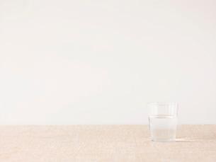 水が入ったガラスのコップの写真素材 [FYI01606137]