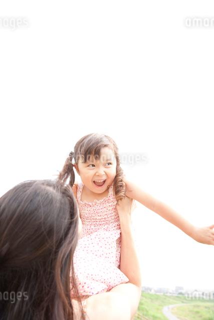 野原で遊ぶお母さんと娘の写真素材 [FYI01606192]