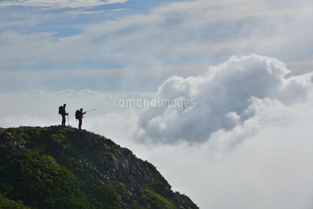 登山者と雲の写真素材 [FYI01606294]