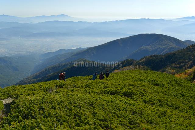 下山する登山者の写真素材 [FYI01606388]