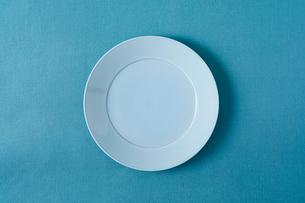 青のテーブルクロスと水色の皿の写真素材 [FYI01606390]