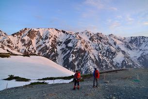 朝日に染まる残雪の白馬三山と登山の写真素材 [FYI01606523]