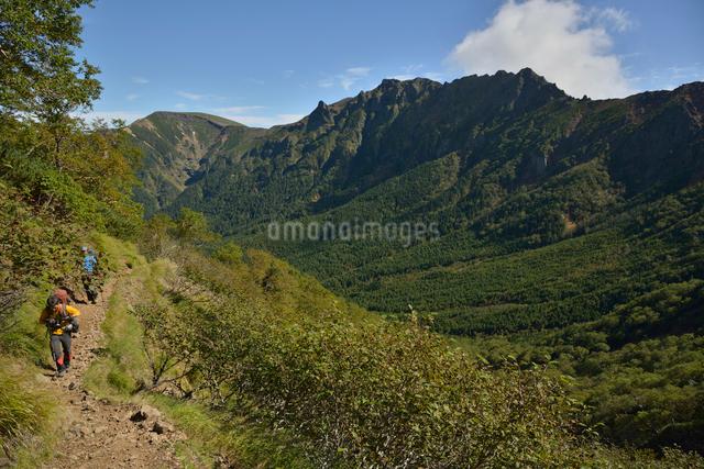 八ヶ岳の横岳と硫黄岳と登山者の写真素材 [FYI01606566]