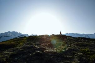 山頂に立つ人の写真素材 [FYI01606580]