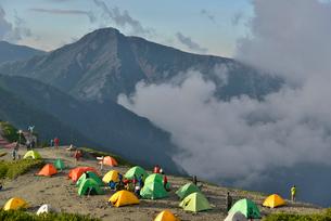蝶ヶ岳のテント場と常念岳の写真素材 [FYI01606592]