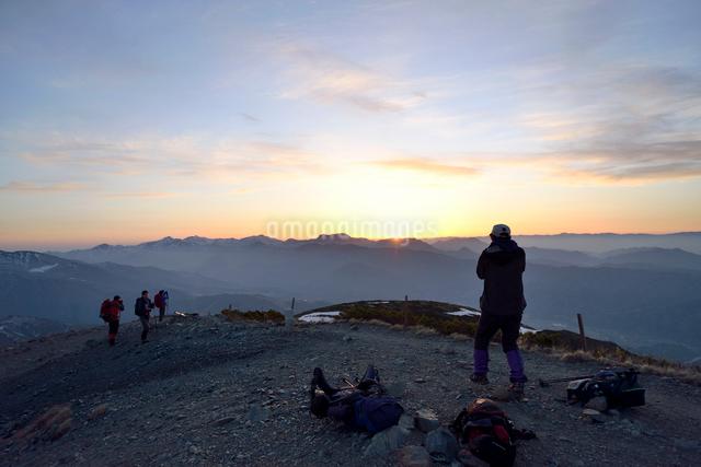 日の出を見る登山者の写真素材 [FYI01606596]