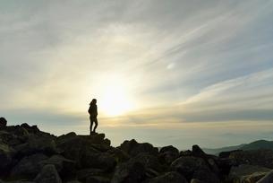山頂に立つ登山者の写真素材 [FYI01606671]
