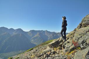 山頂に立つ山ガールの写真素材 [FYI01606748]