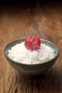 梅干しと御飯の写真素材 [FYI01606819]