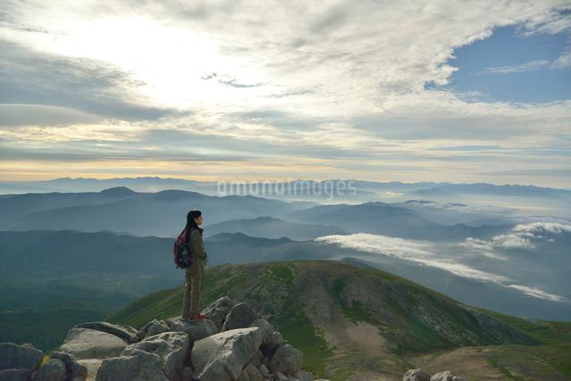 乗鞍岳山頂からの眺めと登山者の写真素材 [FYI01606915]