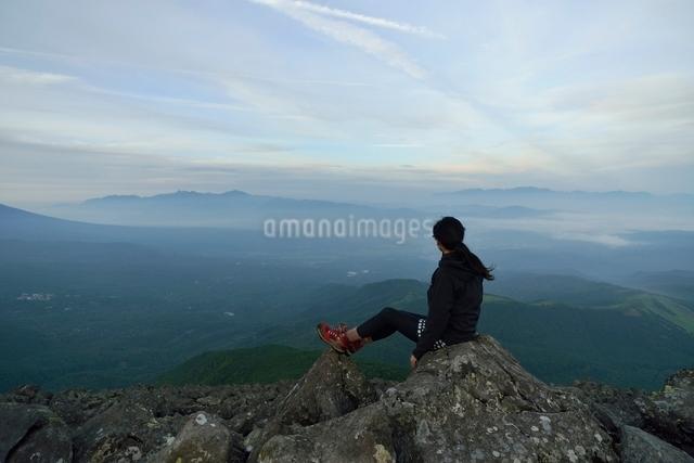 山頂で景色を眺める登山者の写真素材 [FYI01606969]