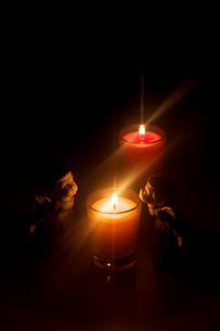 キャンドルと天使の置物の写真素材 [FYI01606980]