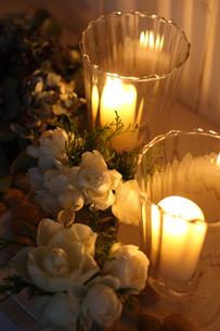 白いバラとキャンドルの写真素材 [FYI01607076]
