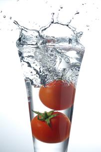 グラスに入ったトマトの写真素材 [FYI01607117]