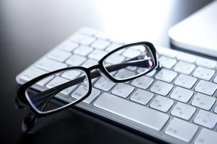 キーボードとメガネの写真素材 [FYI01607133]