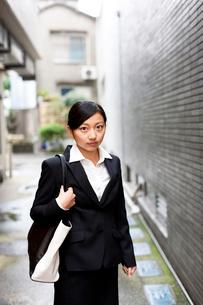 スーツを着てビジネスバッグを持って仕事へ向かう女性の写真素材 [FYI01607168]