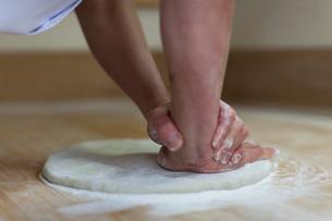 そば粉を練る職人の手の写真素材 [FYI01607184]