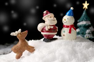 雪だるまとサンタとトナカイの写真素材 [FYI01607194]