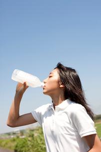 ペットボトルの水を飲む女子高生の写真素材 [FYI01607211]