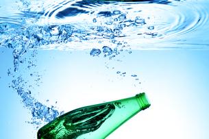 水に落としたボトルの写真素材 [FYI01607222]