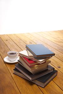 本とコーヒーの写真素材 [FYI01607273]