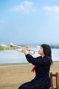 トランペットを演奏している女子中学生の写真素材 [FYI01607319]