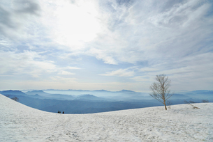 雪原を歩く登山者の写真素材 [FYI01607385]