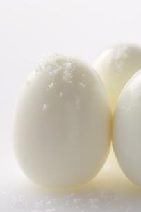 塩のかかったゆで卵の写真素材 [FYI01607411]