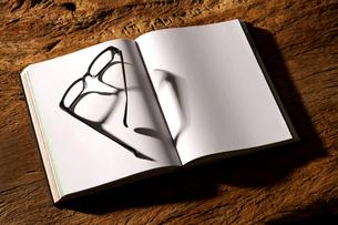 白紙の本とメガネの写真素材 [FYI01607413]