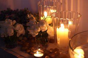 白いバラとキャンドルの写真素材 [FYI01607477]