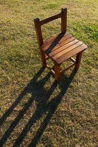 椅子と草原の写真素材 [FYI01607542]