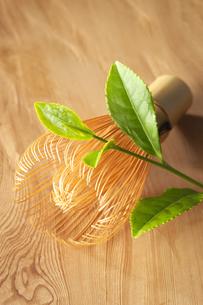 茶葉と茶筅の写真素材 [FYI01607663]