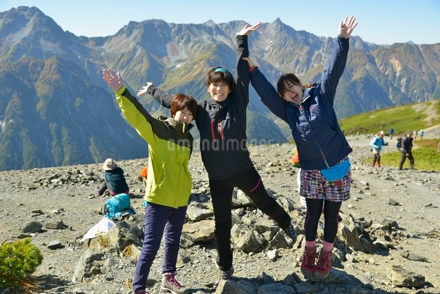 山頂で記念撮影の写真素材 [FYI01607664]