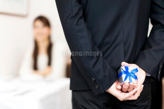 レストランで指輪を持ちプロポーズする男性と女性の写真素材 [FYI01607673]