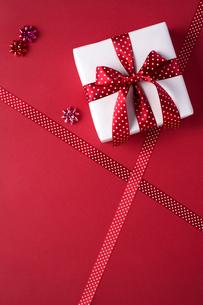 リボンのかかったプレゼントの写真素材 [FYI01607688]
