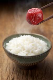 梅干しと御飯の写真素材 [FYI01607730]