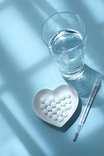 薬と水と体温計の写真素材 [FYI01607821]