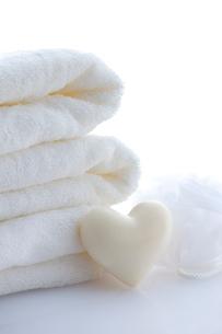 ハートの石鹸とタオルの写真素材 [FYI01607857]