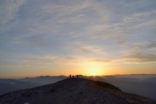 朝日と山頂に立つ登山者の写真素材 [FYI01607859]