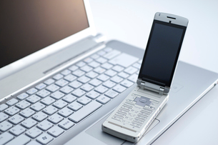 携帯とパソコンの写真素材 [FYI01607874]