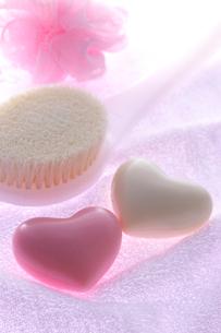 ハートの石鹸とボディーブラシの写真素材 [FYI01607932]