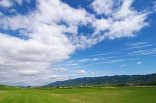 草原と耳納連山の写真素材 [FYI01607950]