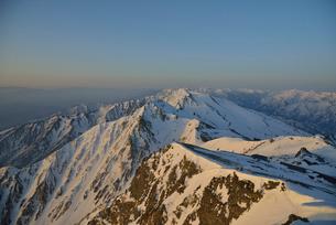 残雪の杓子岳と白馬鑓ヶ岳の写真素材 [FYI01607964]