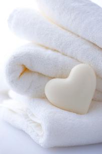 ハートの石鹸とタオルの写真素材 [FYI01608070]