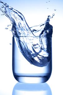 グラスと水の写真素材 [FYI01608079]