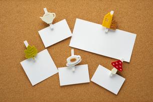 メモ紙とコルクボードの写真素材 [FYI01608089]