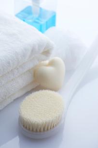 ボディーブラシとハートの石鹸とタオルの写真素材 [FYI01608187]